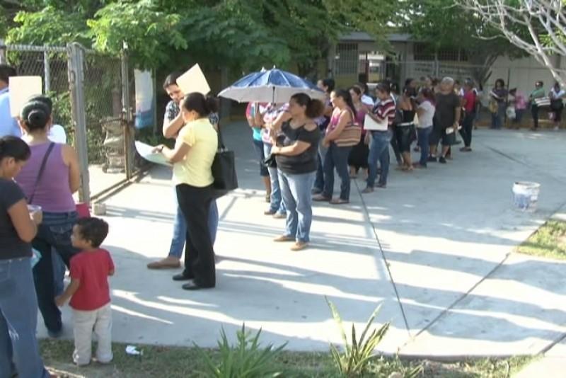 Largas filas en servicios regionales para entregar solicitud de becasin
