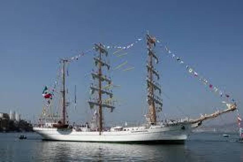 Cientos visitan el velero Cuauhtémoc que atraca en el puerto