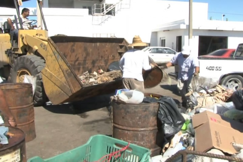 Llegada de camaronerso genera cerros de basura en los muelles