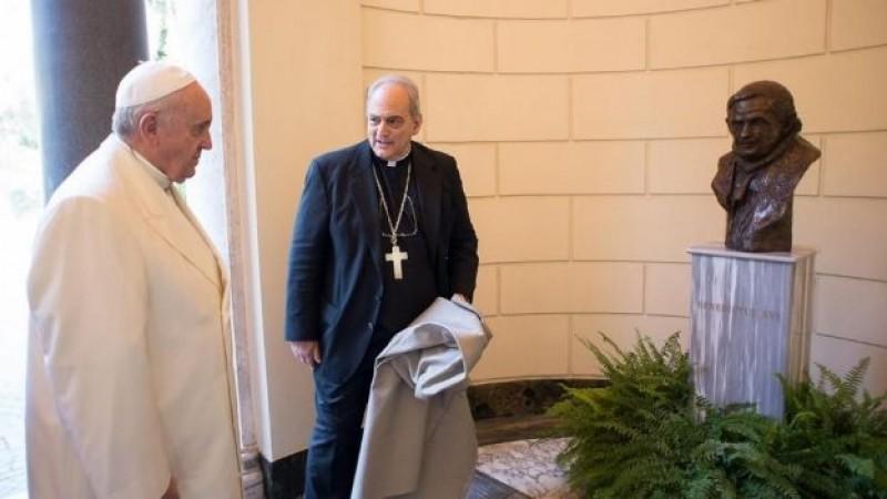 El papa rifará sus regalos