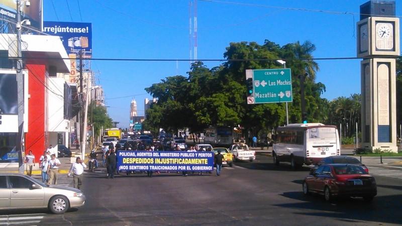 Marchan policías despedidos
