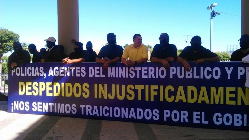 Policías despedidos llegan al Congreso Local