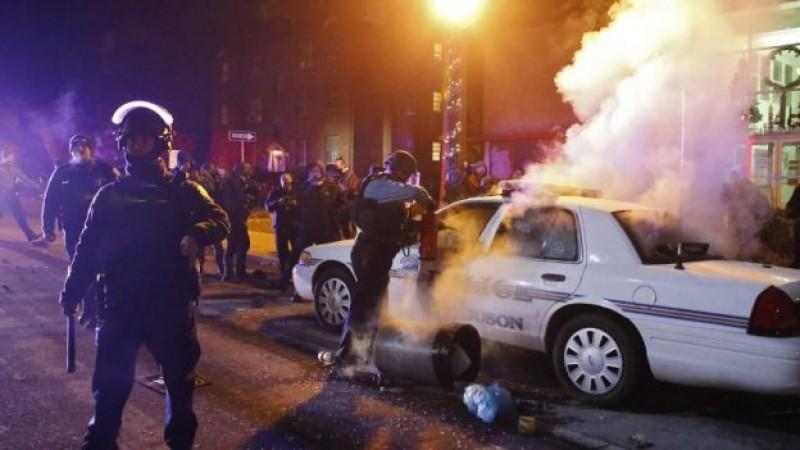 Disturbios en Ferguson tras exoneración de policía; incendian patrulla