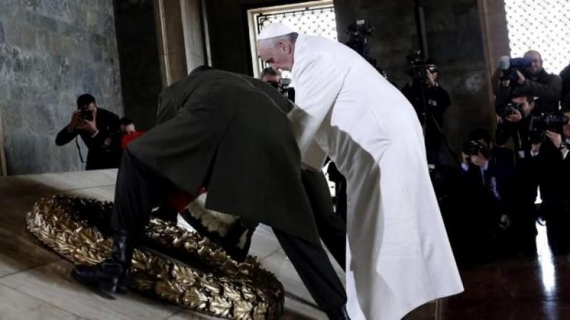 El Papa de visita en el mausoleo de Atatürk
