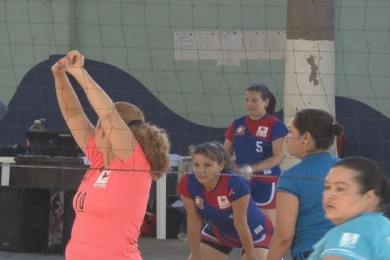 Juego de estrellas de volibol en honor de Lourdes León