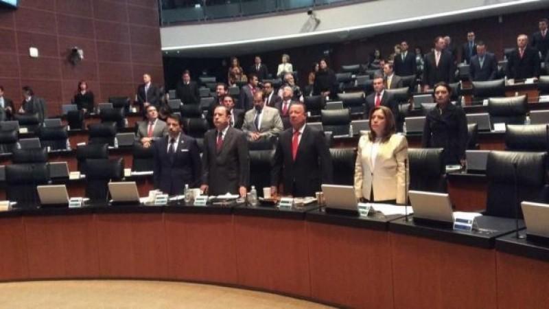 """Senadores guardan minuto de silencio por """"chespirito"""""""