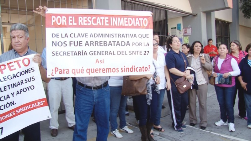 Docentes de Los Mochis se manifiestan en las instalaciones del SNTE 27 en Culiacán