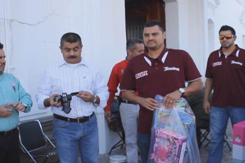 Tomateros entregan regalos a niños de STASAC