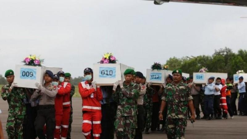 Retoman búsqueda víctimas de avión AirAsia