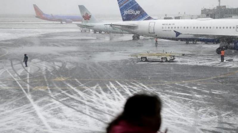 Cancelan vuelos en EU por temporal de nieve