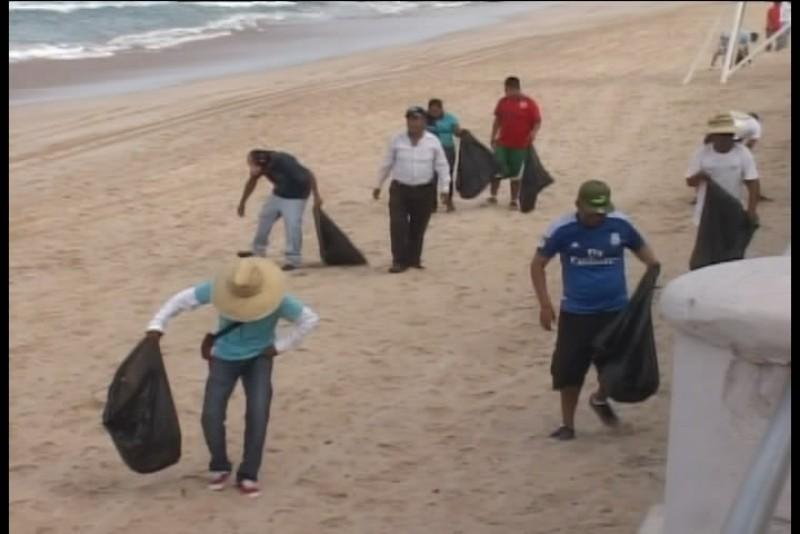 Limpian vendedores las zonas de playa