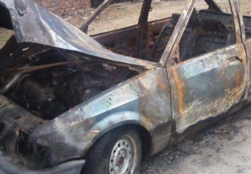 Deja carro ponchado y...lo encuentra todo quemado