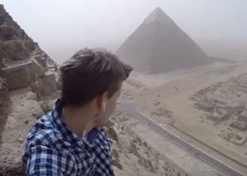 Ruso escala la Pirámide de Guiza en Egipto para tomarse una foto