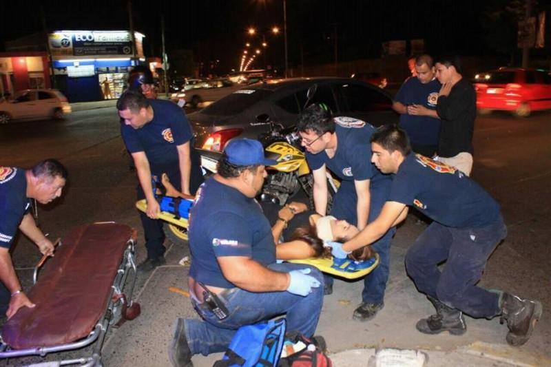 Joven se fractura la pierna en accidente de motocicleta.