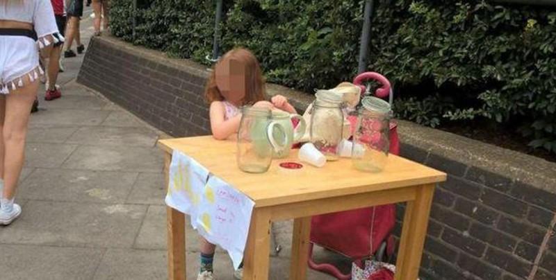 Multan a niña de 5 años por vender limonada sin permiso