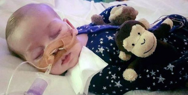 Padres de bebé inglés enfermo deciden que es hora de dejarlo ir