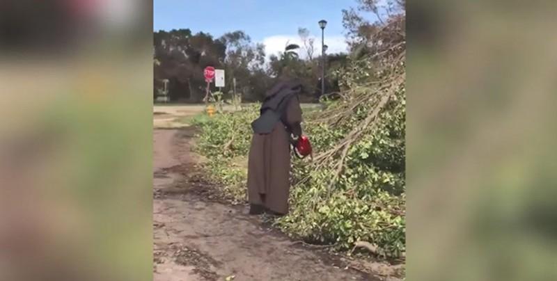 #Video Monja limpia destrozos con una motosierra tras huracán Irma