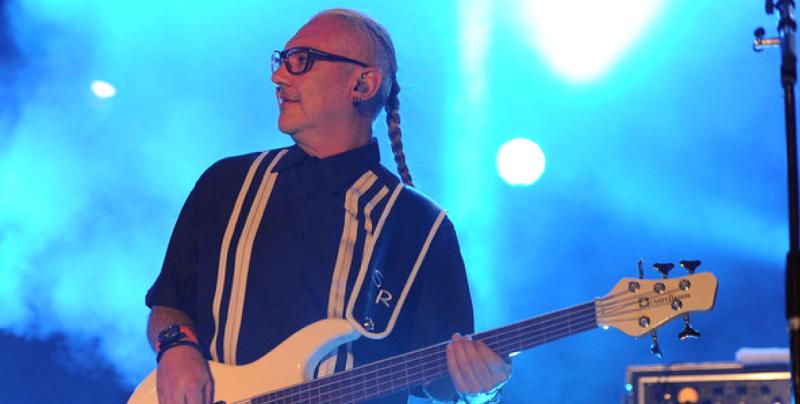 Bajista de Caifanes es evacuado en camilla durante concierto