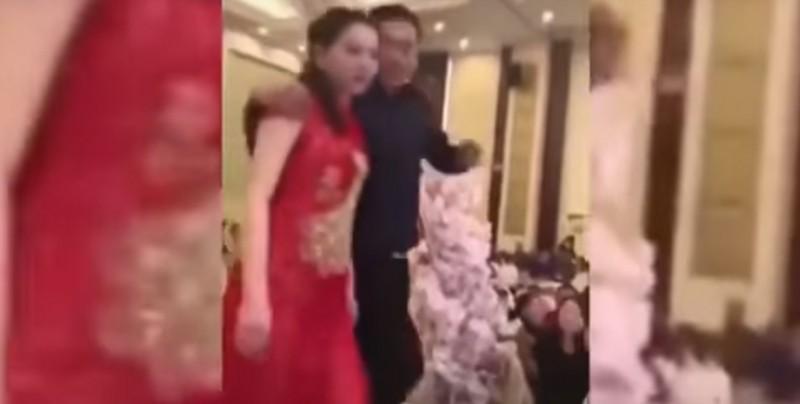 #Video En plena boda, suegro borracho besa a la novia