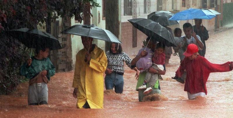Mujer queda atrapada en su auto en feroz inundación — Espeluznante
