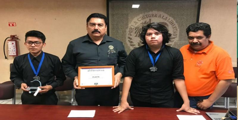 Alumnos de la UAdeO ganan medalla de plata