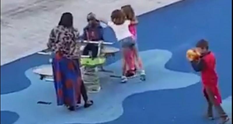 #Video Niñas racistas no dejan jugar a niño de color en parque