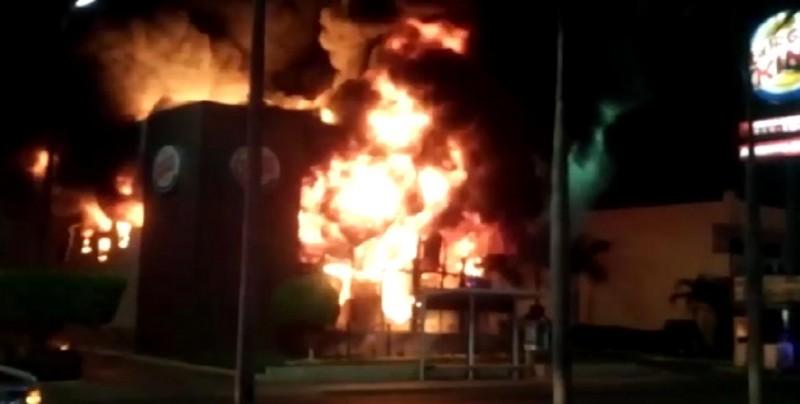 Reducido a cenizas por incendio conocido restaurante en Zona Dorada