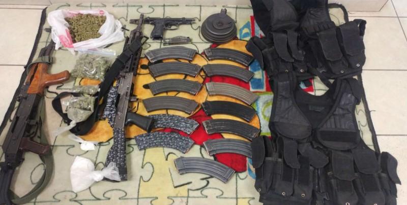 En vehículo abandonado aseguran armas, chalecos y drogas