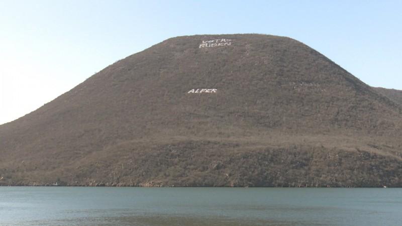 Colocan propaganda política en los cerros de la Bahía de Topolobampo