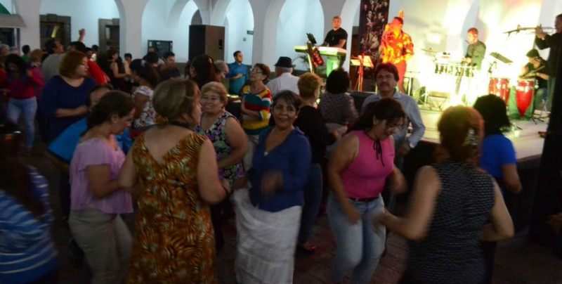 Hacen bailar a ritmo de son cubano