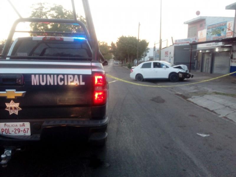 Ubican auto chocado y con impactos de bala