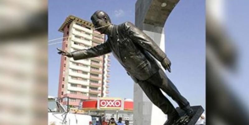 Derriban estatua de Vicente Fox... pero no ocurrió en 2018