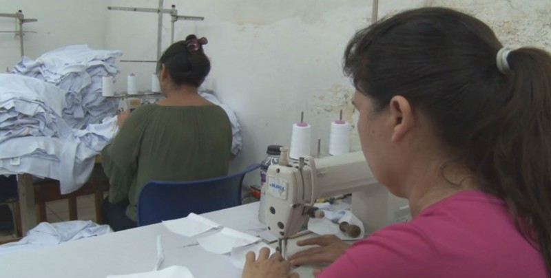Mujeres se benefician con talleres y programa de uniformes
