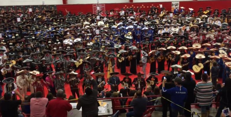 Así suenan 800 mariachis tocando juntos