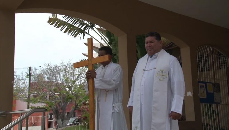 Realizan procesión al cerro de la Cruz