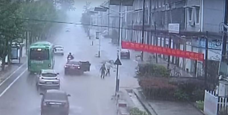 #Video Rescatan a niño arrastrado por las aguas de una alcantarilla
