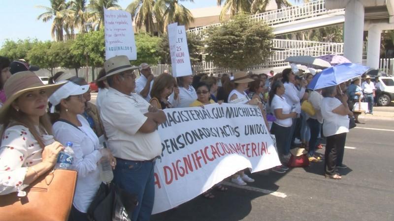 Maestros jubilados bloquean boulevard Pedro Infante