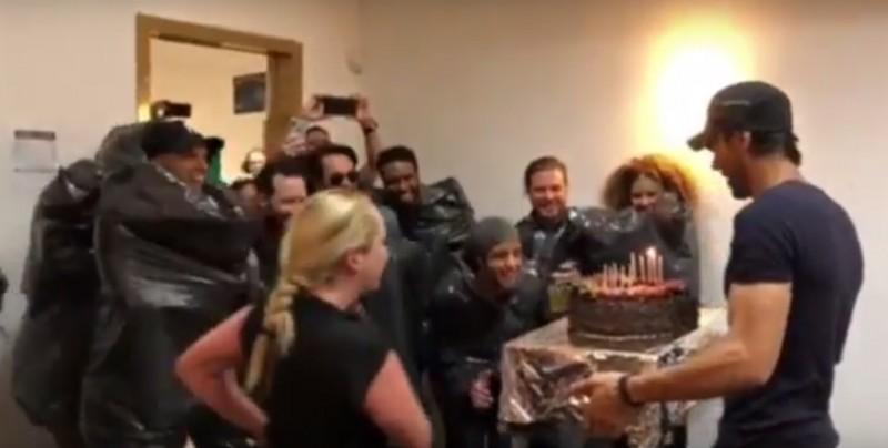 #Video Esto fue lo que hizo Enrique Iglesias con su pastel de cumpleaños