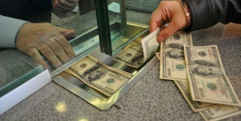 Dólar cierra con avances frente al peso