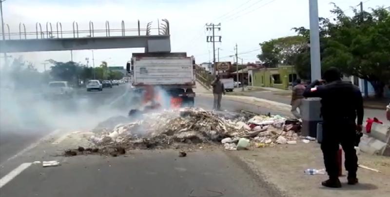 Se quema basura que transportaba camión de volteo