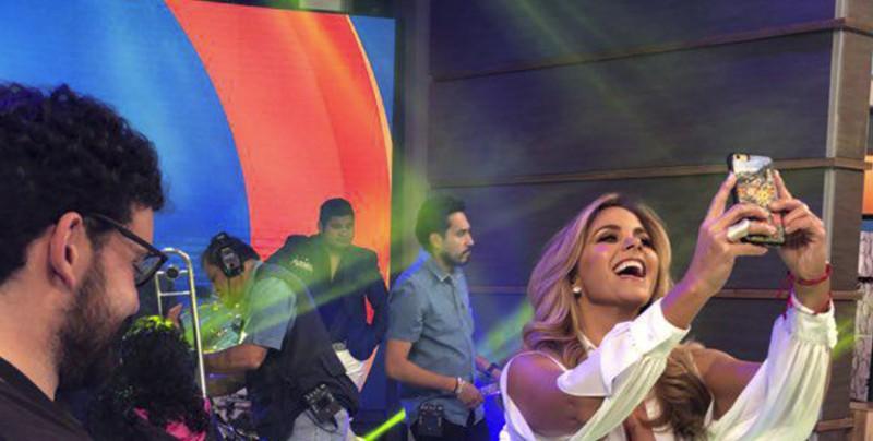 Escote de Lucero sorprende en el programa 'Hoy'