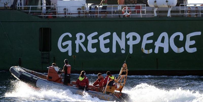 Greenpeace coloca máscara a estatua ante Congreso argentino por contaminación