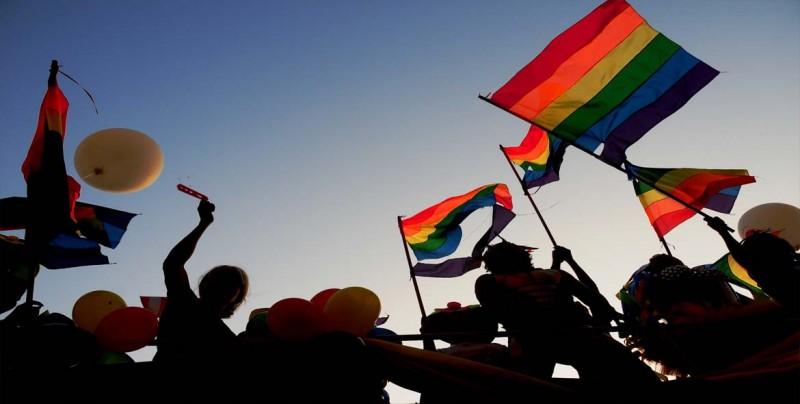 Celebran Día contra la Homofobia con paso de cebra multicolor — LGTB