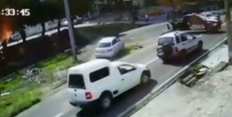 Jóvenes asaltan gasolinera y atropellan a Policías
