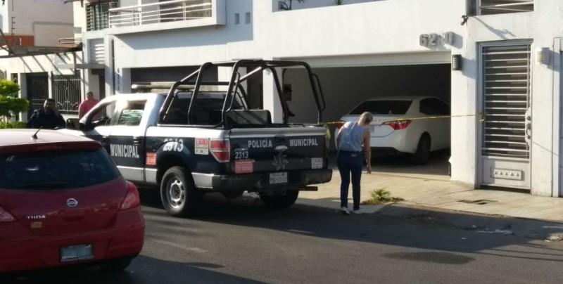 Automóvil baleado en domicilio