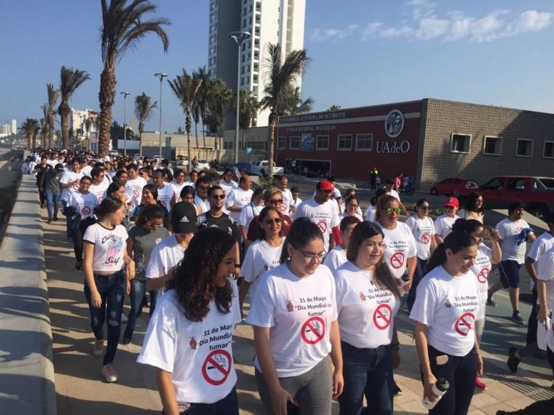 Marchan para conmemorar el Día sin Fumar