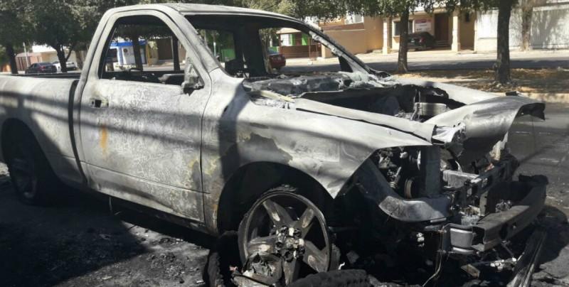 Se incendia camioneta y  desaparece el dueño