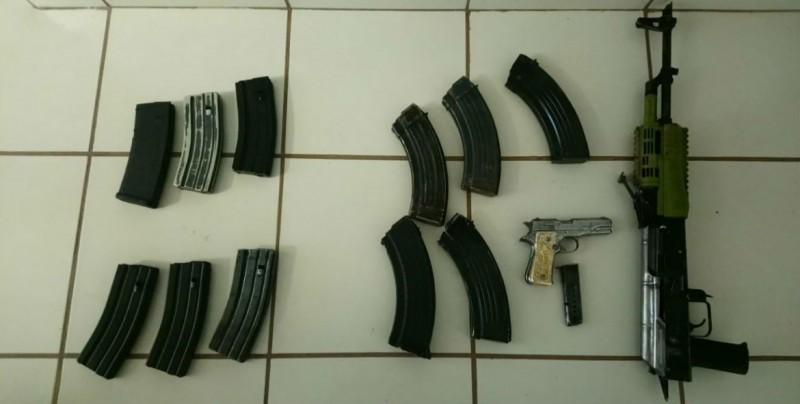 Auto con reporte de robo, armas aseguradas y detenidos,  reporta la PEP en dos días