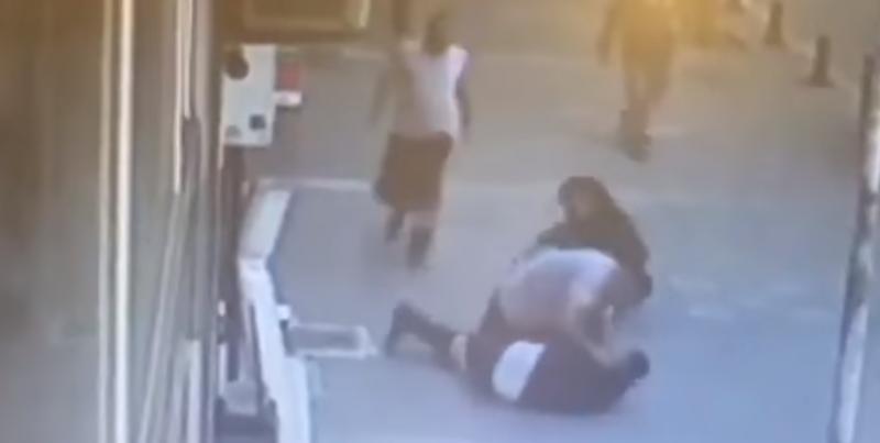#Video Defiende a mujer en plena calle noqueando a su agresor de un cabezazo