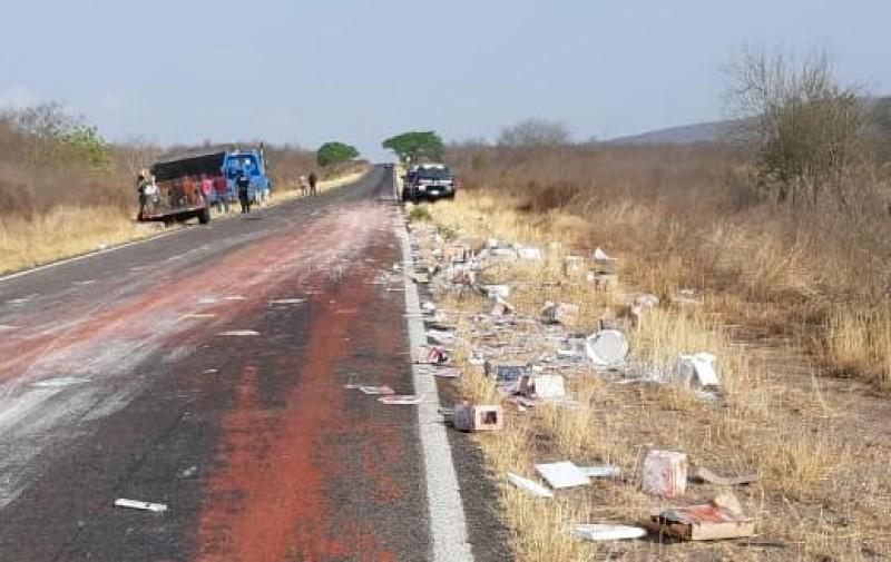 Accidente deja  múltiples  daños materiales